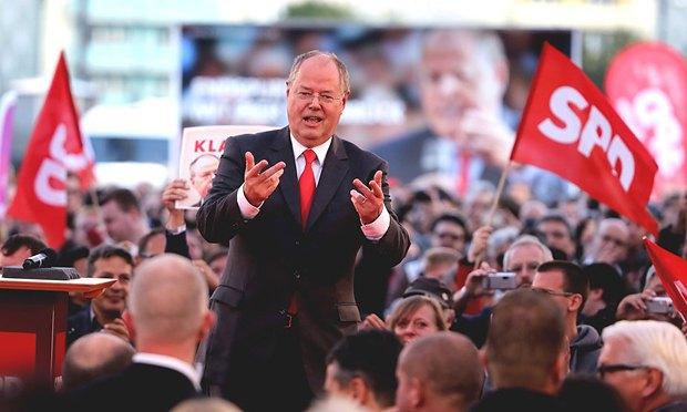 Пеер Штайнбрюк, кандидат від СДПН спілкується з виборцями під час виборчої кампанії-2013