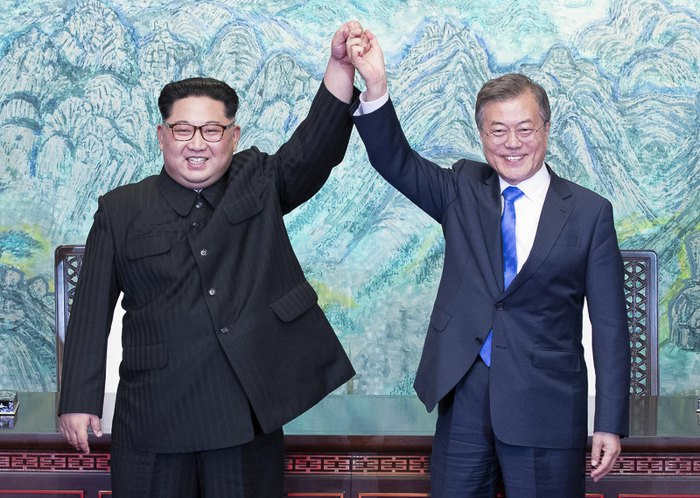 Президент Южной Кореи Мун Чже Ин и глава КНДР Ким Чен Ын во время встречи в Пханмунджоме, 27 апреля, 2018