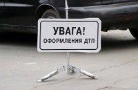 В Харькове водитель выжил после ДТП, выпав из машины во время удара о столб