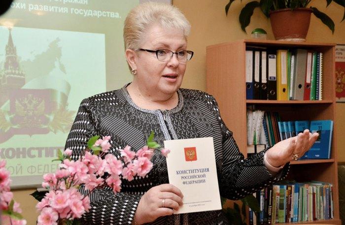 Первый зампред Госсовета Республики Крым Наталья Маленко проводит открытый урок в симферопольской школе N28 в День Конституции России, 12 декабря 2017.