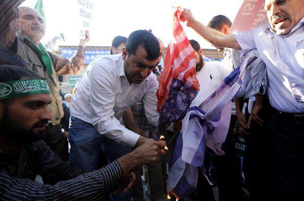 Демонстранты сжигают американский флаг