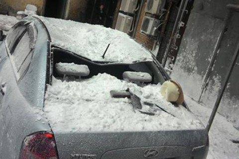У центрі Києва брила снігу розбила припарковану автівку