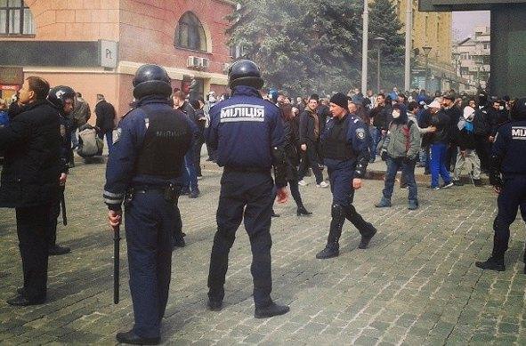 Сепаратисты и милиция у здания ОГА