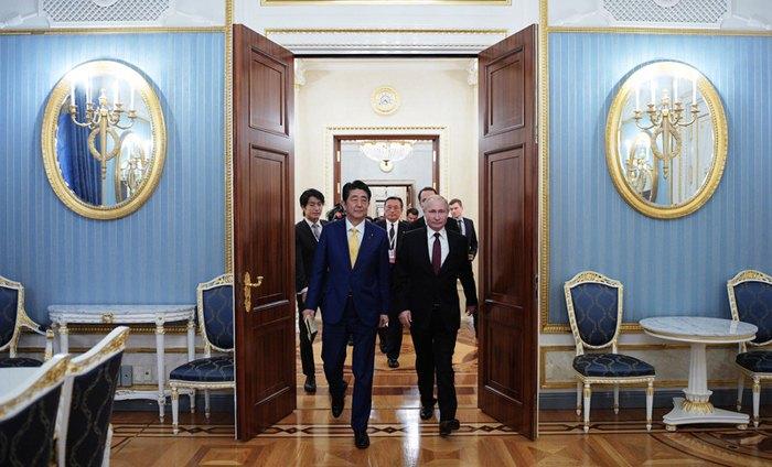 Президент РФ Володимир Путін і прем'єр-міністр Японії Сіндзо Абе під час зустрічі в Кремлі, 22 січня 2019.
