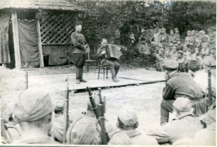 Николай Ризоль. Выступление на фронте. 1943