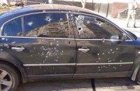 """В Кривом Роге возле окружкома обстреляли из автомата """"Шкоду"""", два человека ранены (обновлено)"""