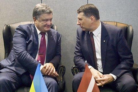 Порошенко попросил Латвию вернуть €50 млн, выведенных из Украины при Януковиче