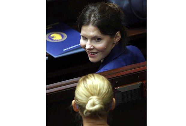 Представитель инициативы *Остановить Аборт* Иоанна Банасюк и активистка движения *Спасем женщин* Барбара Новацка (спиной) во время обсуждения законопроекта о запрете абортов, в парламенте Польши.