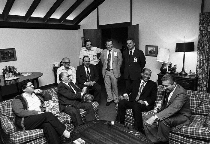Садат и Бегин с членами своих делегаций в Кэмп-Дэвиде, первый слева стоит Эльяким Рубинштейн, 17 сентября 1978.