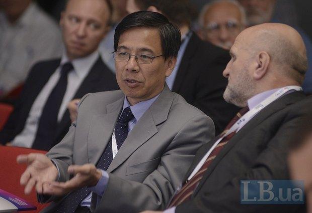 Посол Малайзии в Украине Чуа Теонг Бан и посол Молдовы в Украине Ион Стэвилэ