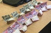 Завкафедрою одного з вишів Рівного затримали під час отримання $700 хабара