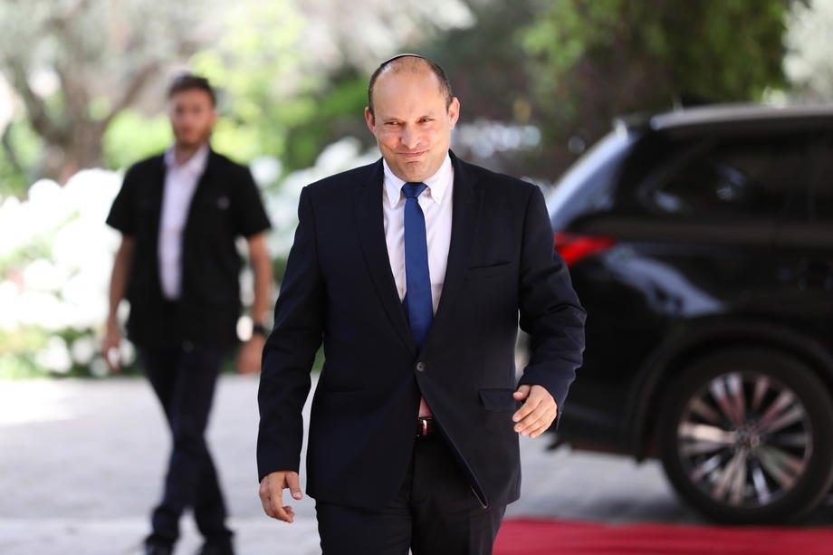 Лидер партии Йемина Нафтали Беннетт направляется в резиденцию президента Реувена Ривлина в Иерусалиме, 5 мая 2021 года.