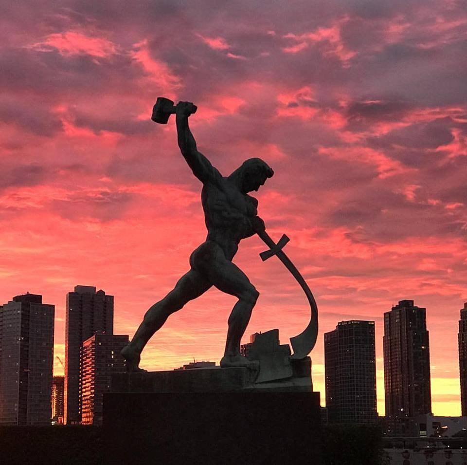 Монумент «Перекуем мечи на орала» возле ООН. Автор - Евгений Вучетич