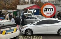 В Киеве водитель Uber вылетел на тротуар и въехал в киоск, два человека погибли, еще двое травмированы (обновлено)