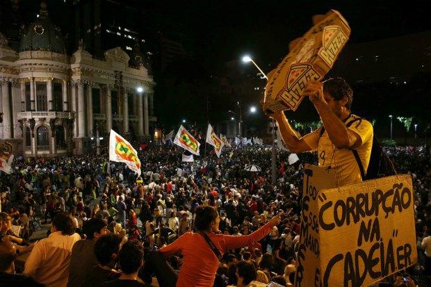 Акция протеста против правительства Мишела Темера
