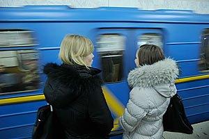 Чоловік, який упав під потяг метро в Києві, вижив