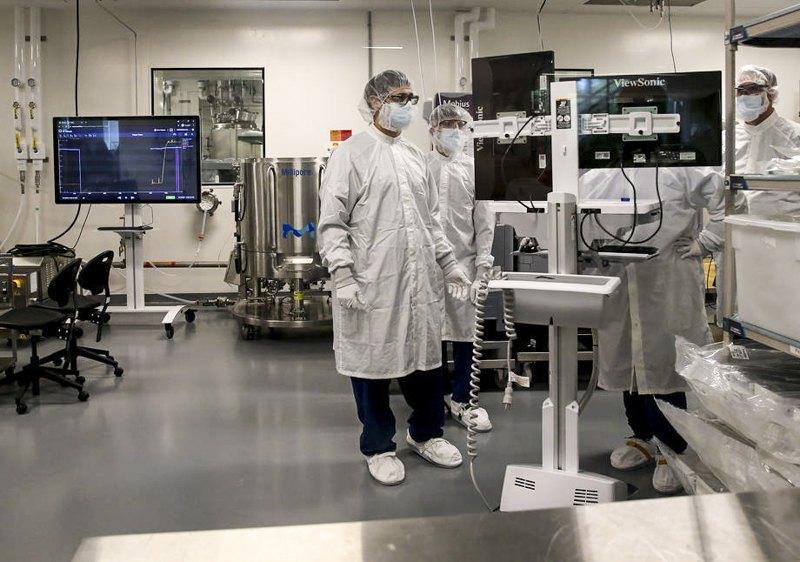 Працівники в лабораторії з виготовленнямРНК-вакцинина підприємстві Модерна в Норвуді, 12 травня 2021 року