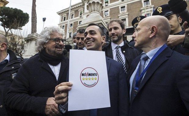 Луиджи Ди Майо (в центре) презентует логотип движения «Пять звезд» в Риме, 19 января 2018.