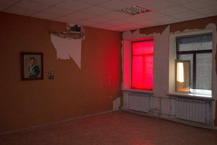 Третий зал выставки. Окна выходят на Луганск