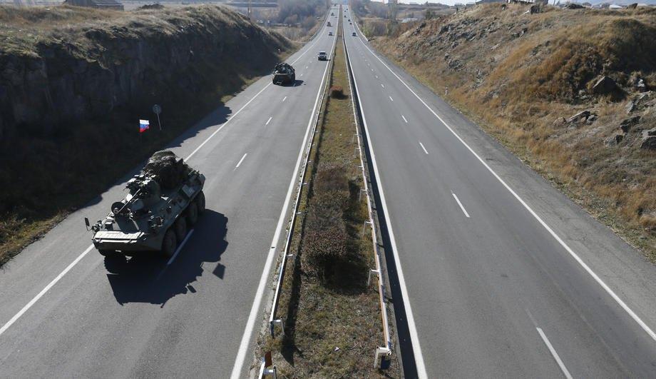 Броньована техніка російських миротворчих сил рухається до Нагірного Карабаху по шосе Єреван-Севан у Вірменії, 13 листопада 2020 р.