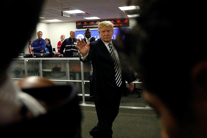 Дональд Трамп во время визита в Национальный координационный центр реагирования при штаб-квартире FEMA в Вашингтоне
