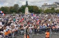 """Понад 161 тис. противників """"ковідних сертифікатів"""" вийшли на акції протесту у Франції"""