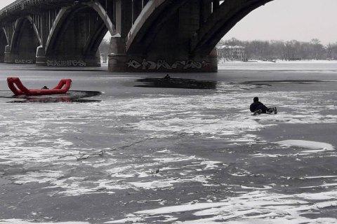 Київські рятувальники дістали з-під криги рибалку і двох поліцейських