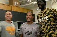 """Самый высокий баскетболист НБА встретился с футболистами """"Ливерпуля"""""""