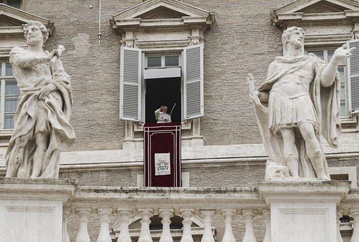 Папа Франциск благословляет после молитвы верующих, собравшихся на площади Святого Петра в Ватикане, 22 апреля 2019