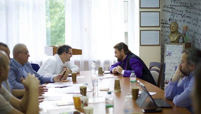 Митрополит ПЦУ Олександр Драбинко (справа) та Андрій Юраш на засіданні департаменту Мінкультури у справах релігій