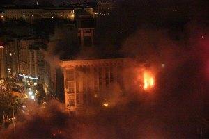 З палаючого Будинку профспілок рятують людей
