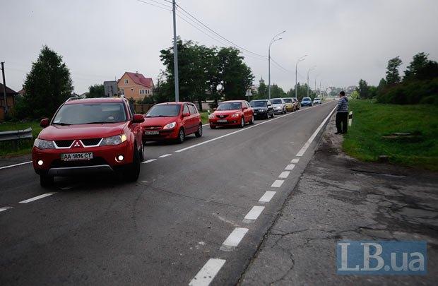 Колонна авто с журналистами подъезжает к резиденции Президента