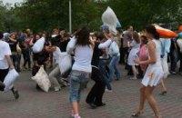 У центрі Луганська билися подушками