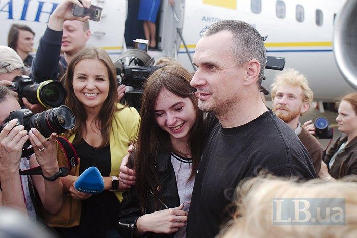 Олег Сенцов с дочерью Алиной после приземления в Борисполе