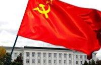 На здании Херсонской ОГА повесили красные флаги вместо государственного