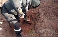 Пограничники откопали 2 тыс. пачек контрабандных сигарет в грузовом вагоне с рудой