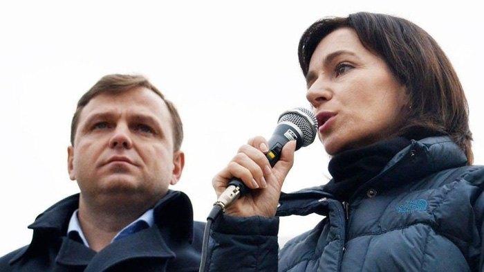 Майя Санду и Андрей Нэстасе во время пресс-конференции перед зданием парламента в Кишиневе, 12 ноября 2019.