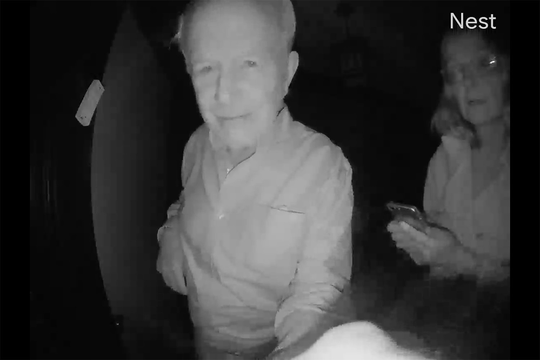 Вілсон з дружиною о другій ночі намагаються розбудити колегу , який живе у будинку повпроти (скрін з камери на вхідних дверях)