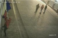 В Черновцах сорвали флаг Румынии с культурного центра