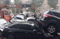 Автокран без гальм зім'яв 20 автомобілів на бульварі Лесі Українки в Києві (оновлено)