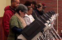 США: первые избиратели проголосовали сразу после полуночи