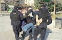 """Полицейские вынесли с Майдана активиста, раздававшего листовки о """"последствиях президентства Зеленского"""""""