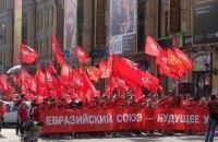 В Запорожье десятки пенсионеров вышли на митинг с красными флагами