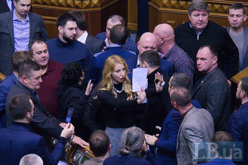 Ольга Червакова также пытается сдержать депутатов от конфликта