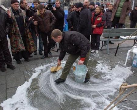 Предприниматели моют Майдан после визита Януковича и Азарова