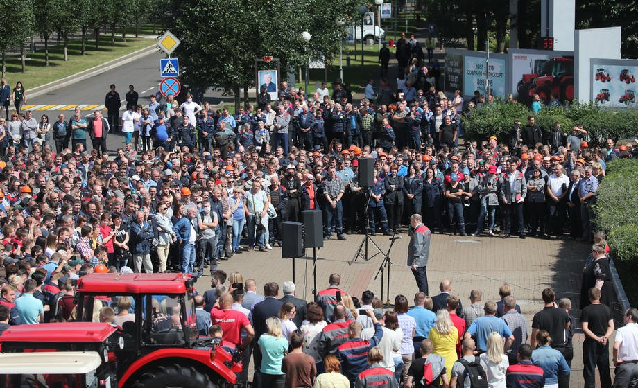 Сотрудники МТЗ митингуют против результатов президентских выборов и требуют переизбрания президента, Минск, 14 августа 2020 г.