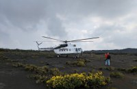 Украинские летчики посадили вертолет на кратер самого активного вулкана Африки