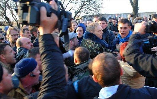 Василий Крутов - в центре в камуфляже
