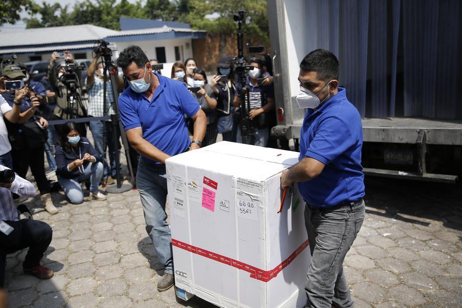 Вакцина Covishield проти COVID-19 прибула в Національний центр біологічних препаратів в Сояпанго, Сальвадор, 17 лютого 2021