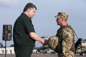 Порошенко наградил 229 бойцов АТО (список)